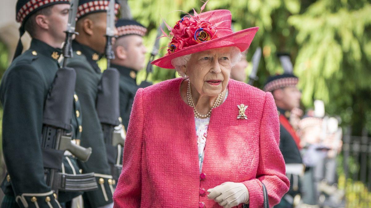 Blog: Buckinghamský palác řeší skandál, na který královnina strategie nezabírá