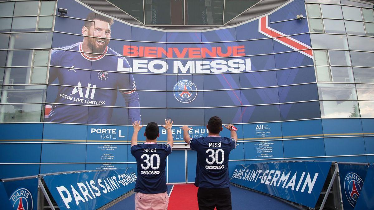 Paříž ovládla Messimánie. Osnímek shvězdou stojí iprotihráči