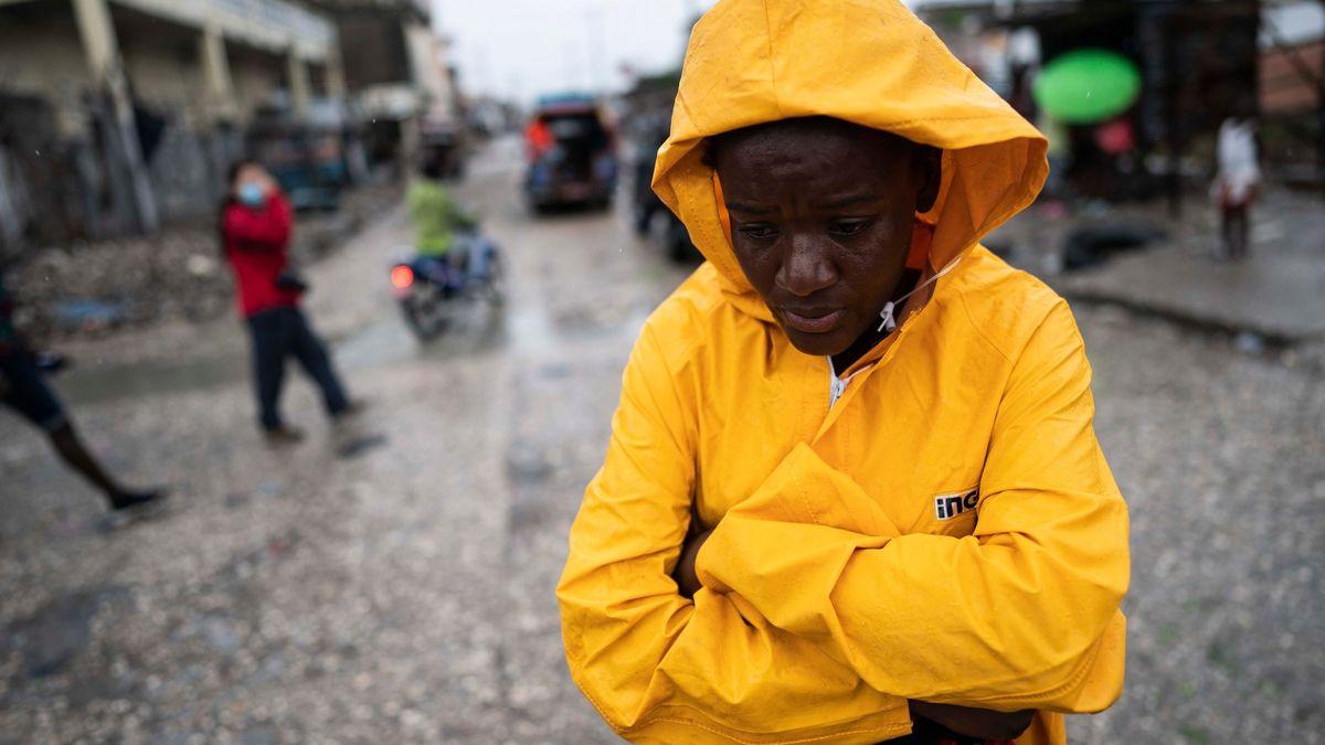 Statisíce lidí bez domova a trosky všude. Ostrov ničí zemětřesení, bouře ikrize
