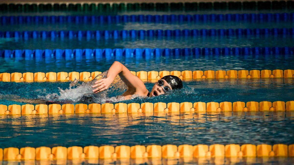 Vláda: Žáci mohou plavat bez testů, nemusí ani dodržovat rozestupy při sportu