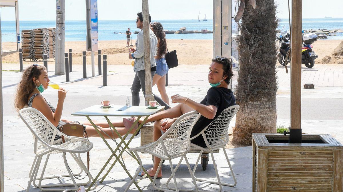 Evropské rozvolňování: Řekové jdou do barů, Španělé varují před druhou vlnou