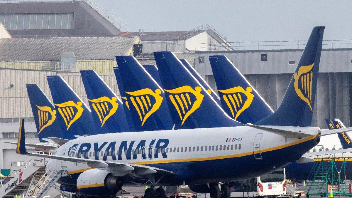 Ryanair čelí kritice, na náhrady za zrušené lety čeká 80% zákazníků