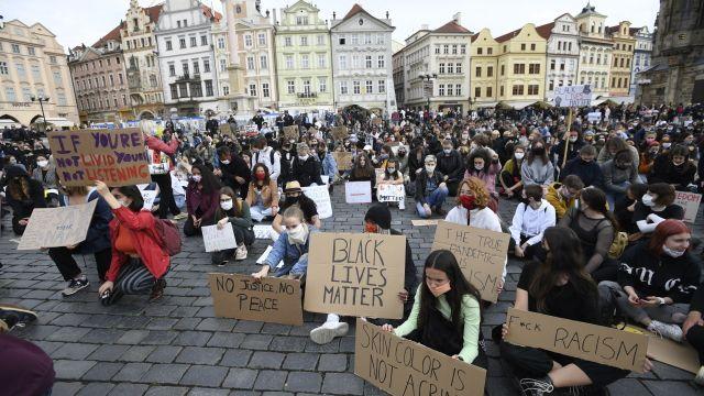 Stovky lidí vPraze protestovaly proti policejnímu násilí a rasismu
