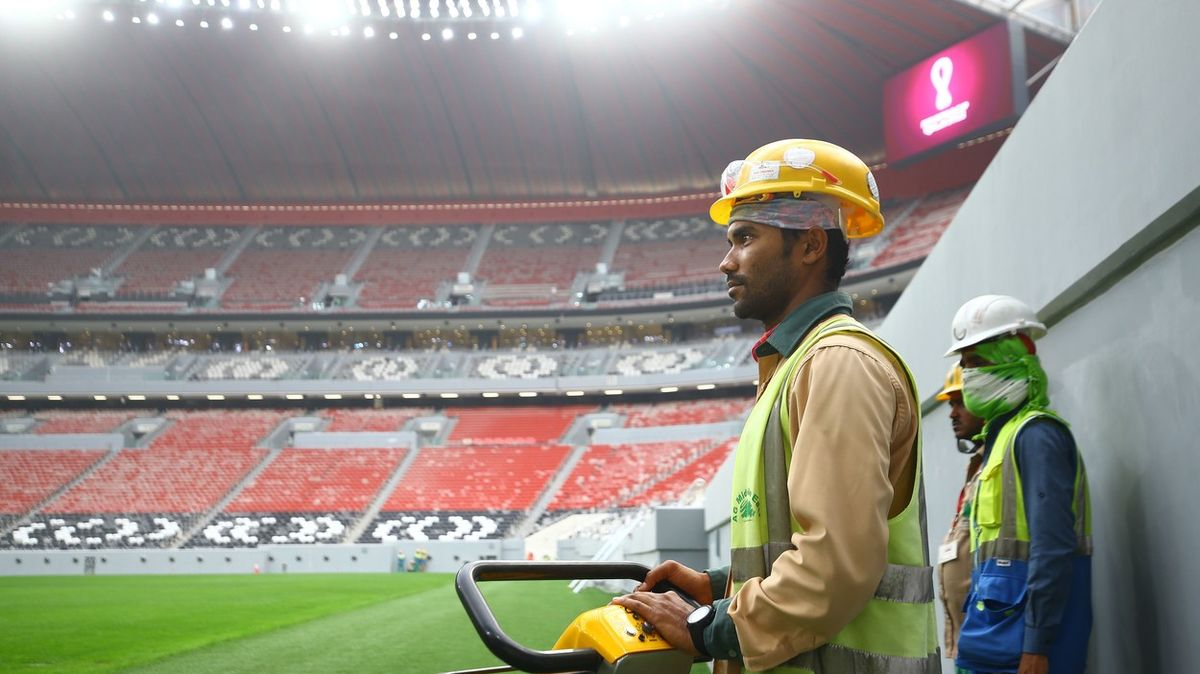 Sedm měsíců bez výplaty. Fotbalové stadiony rostou vKataru na úkor dělníků
