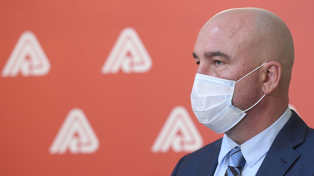 Ochrana blízkých, pak diagnóza. Ředitel VZP ustál přednostní očkování