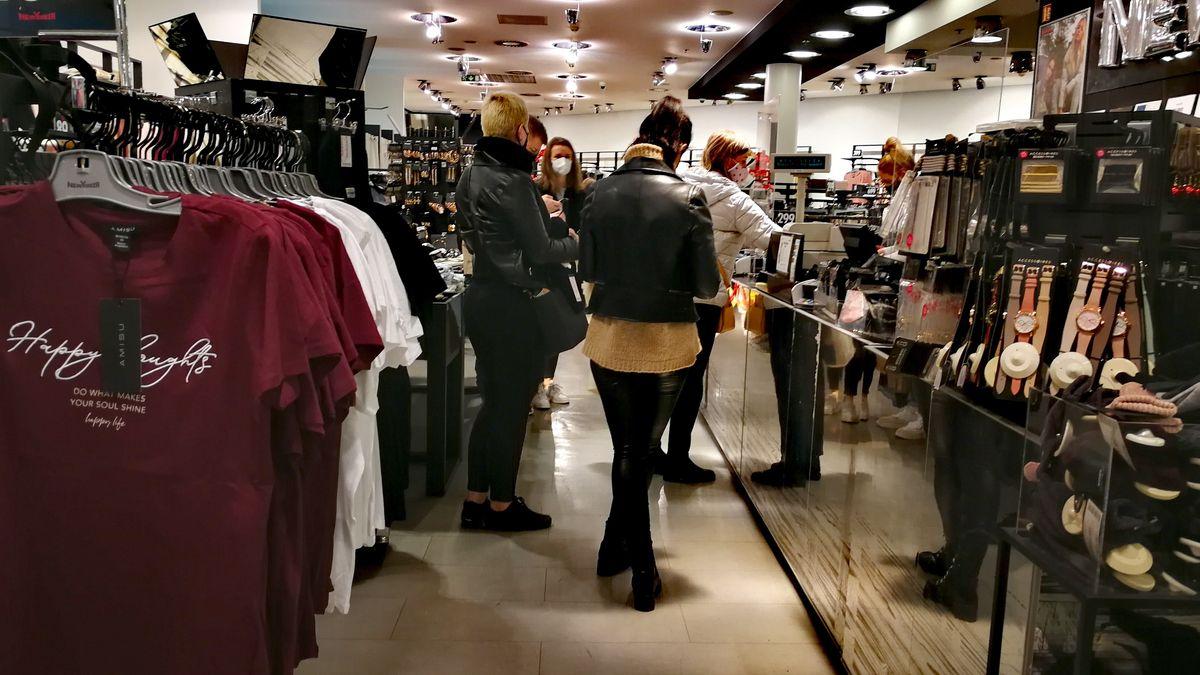 Lidé se nahrnuli do obchodů. Naposledy. Vánoce jsou do šesti do rána