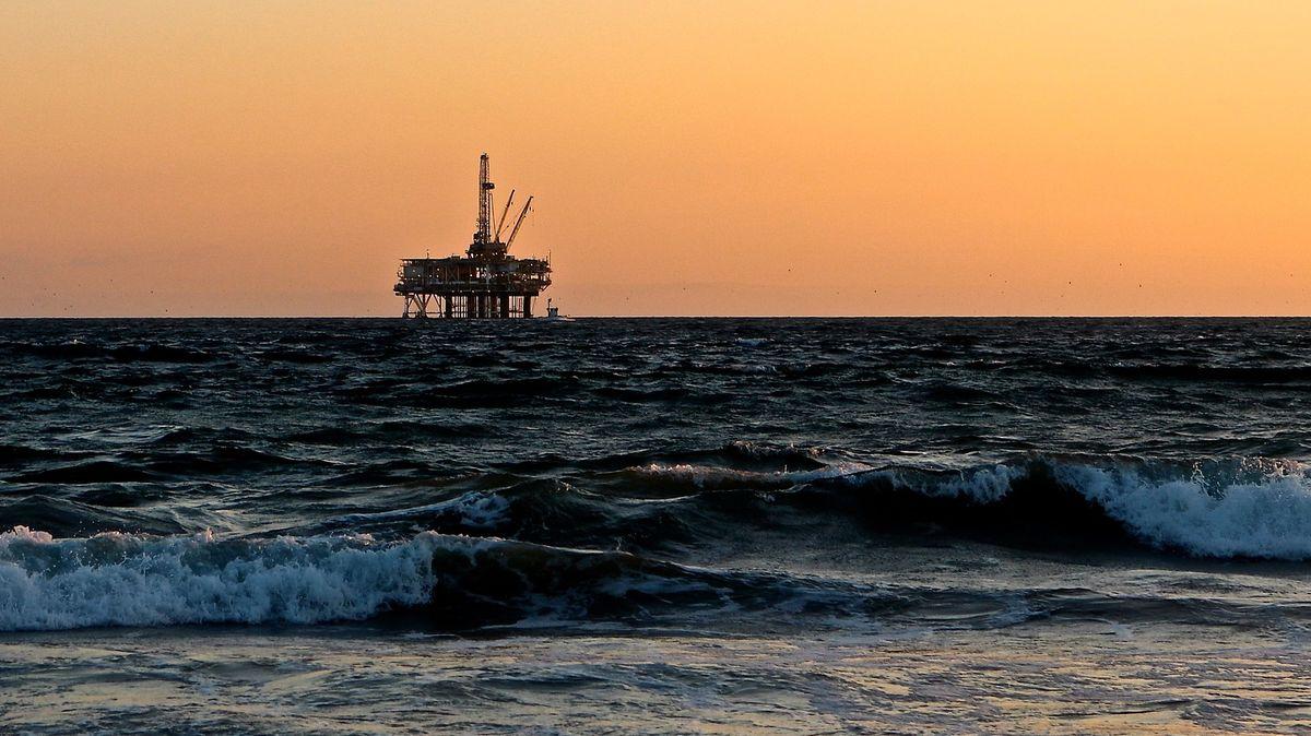 Ropa zlevňuje. Na cenu tlačí šíření nákazy vČíně a vývoj vUSA