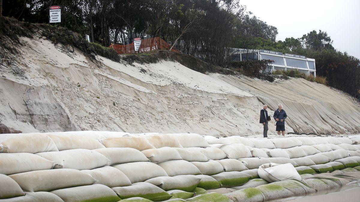 Video: Bouře bičuje východ Austrálie. Extrémní vlny spláchly část pobřeží