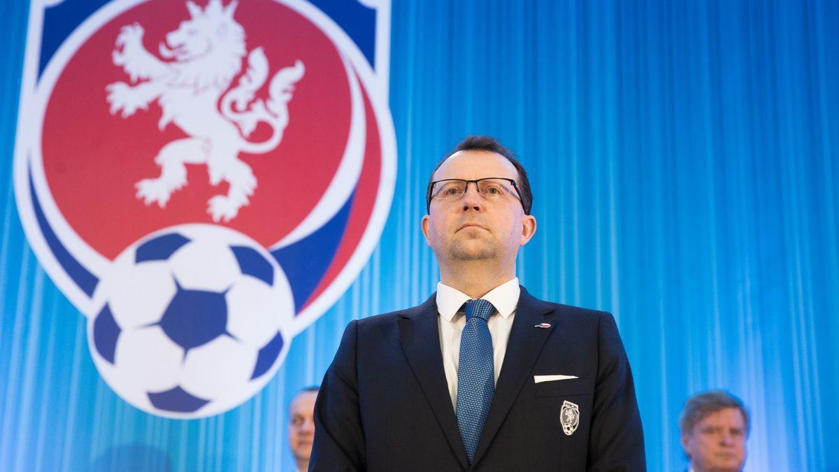 Komentář: Že vás pusa nebolí, pane fotbalový předsedo