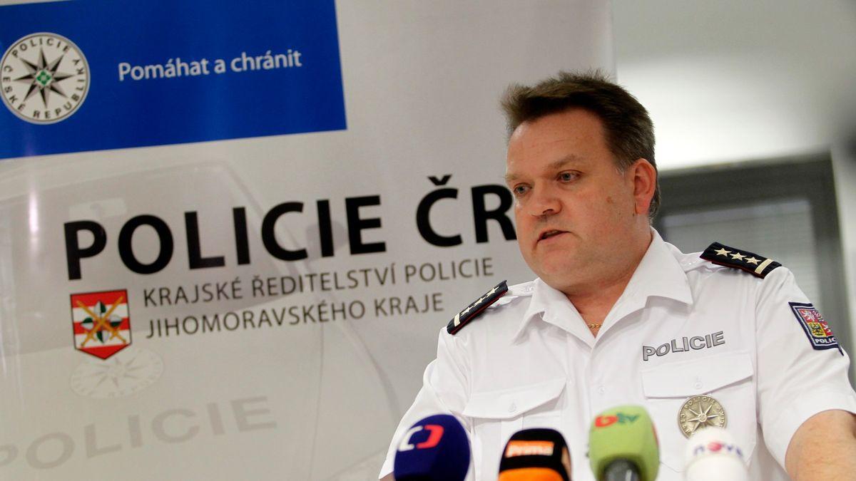 Policistu zBerbrovy aféry ještě mimo službu nepostavil. Popřál mu vše nej