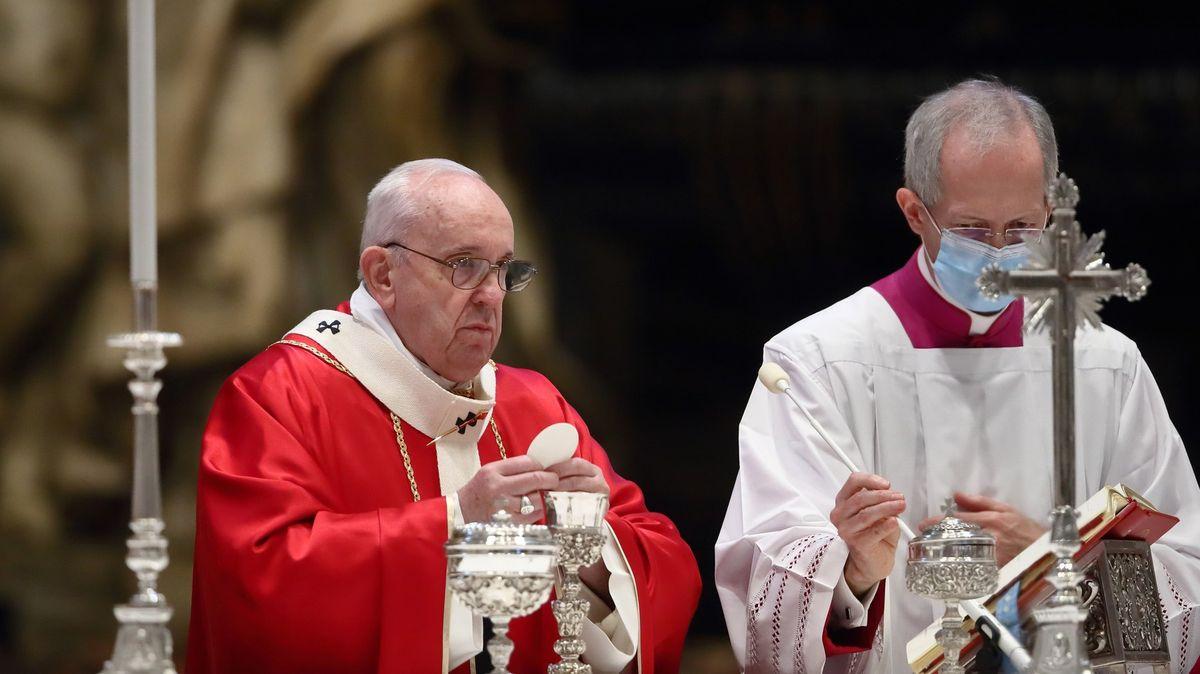 """Papež """"olajkoval"""" fotografii brazilské modelky. Vatikán to popřel"""