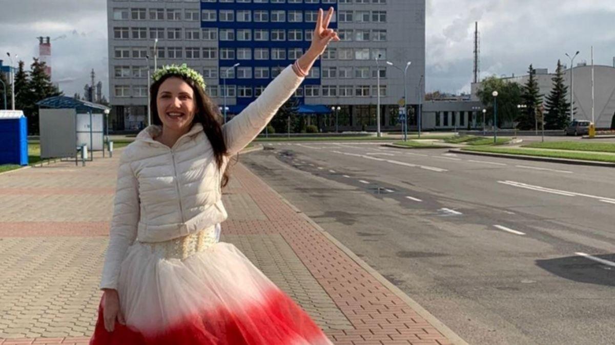 Červenobílé svatební šaty neprošly, Bělorusku drželi tři dny vizolaci