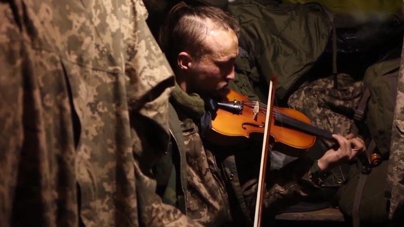 Video: Houslista bojuje na východě Ukrajiny, strachu vzdoruje hraním