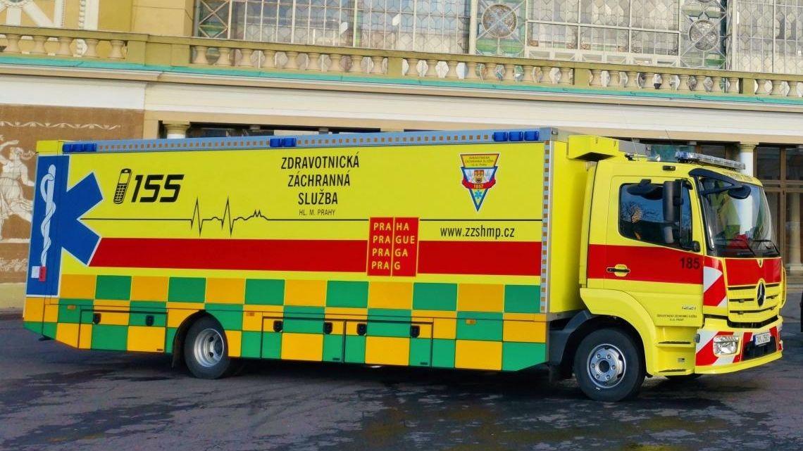 VSokolově začal hromadný transport pacientů na Vysočinu