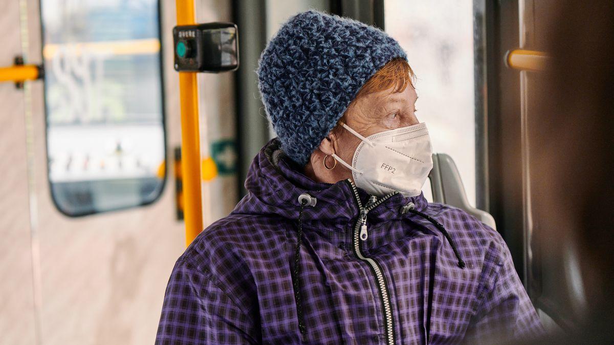 Nová opatření, nové pokuty. Na kolik vás přijde špatně nasazený respirátor?