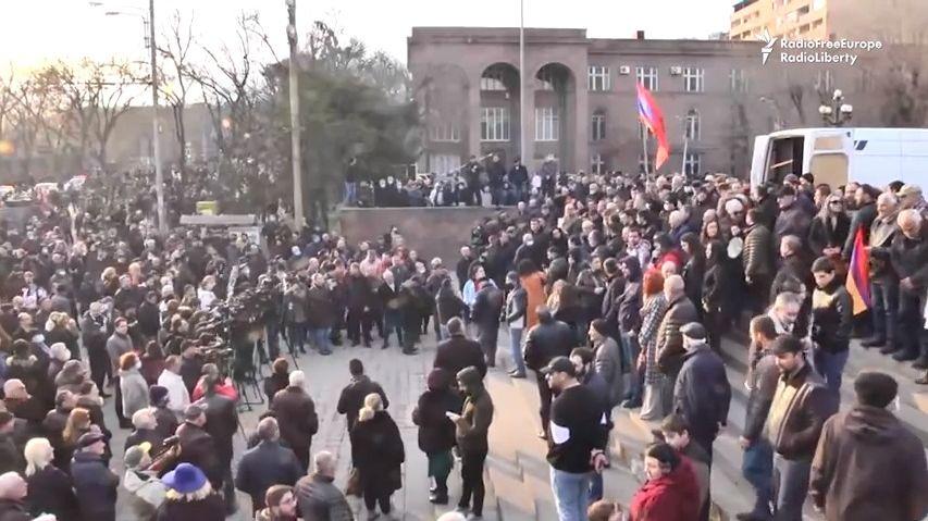 Arménský Kapitol? Odpůrci premiéra vtrhli do sídla vlády