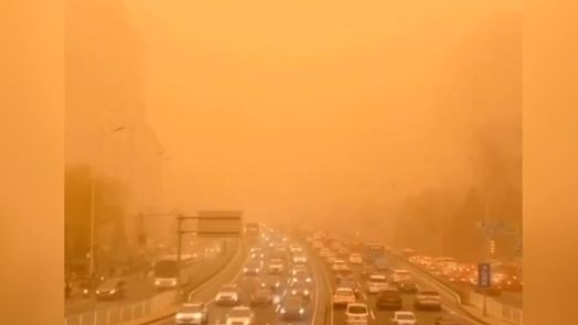 Podívaná jako na Marsu: Sever Číny zasáhla silná písečná bouře