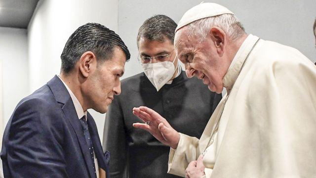 Papež se setkal sotcem chlapců, kteří utonuli smatkou při útěku do Evropy