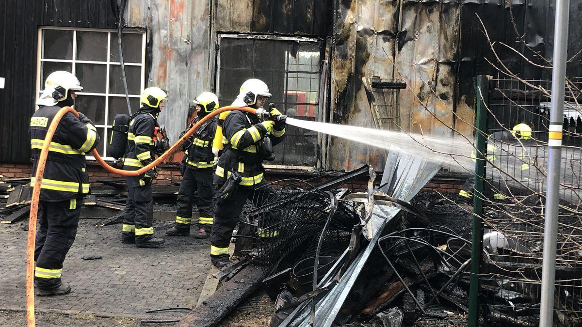 Obrazem: Na Točné hořel hangár shistorickými letadly