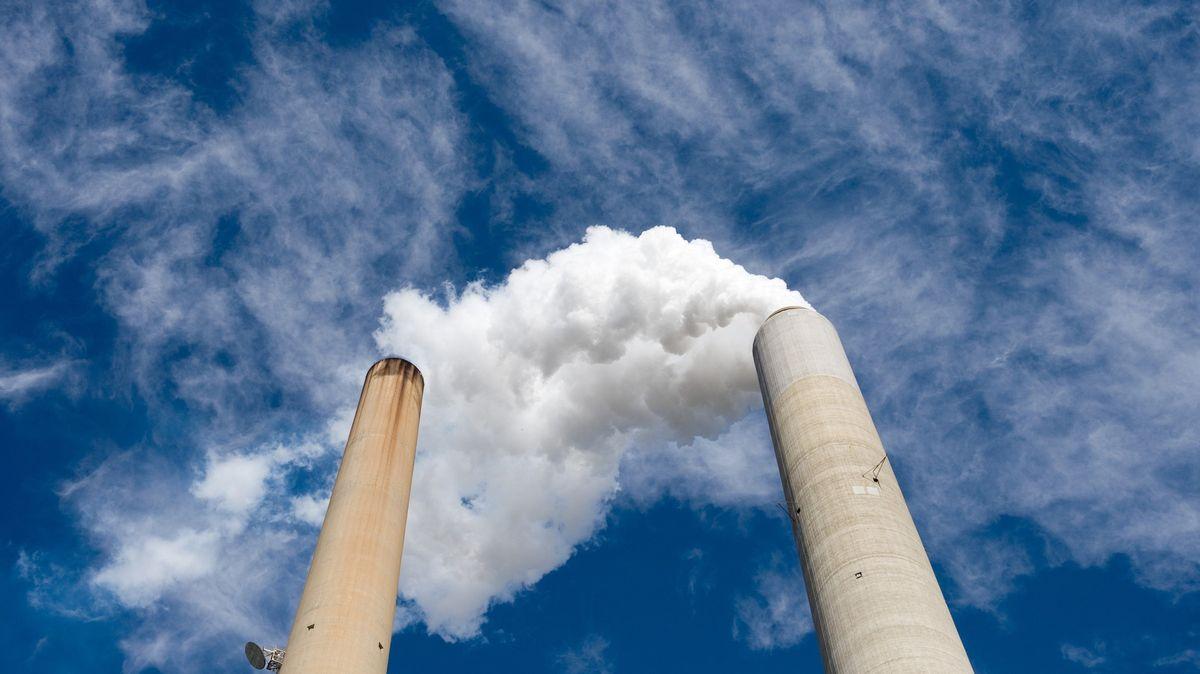 Pochytat CO2 a uložit pod zem. Šlo by to, ale proti jsou peníze a politika