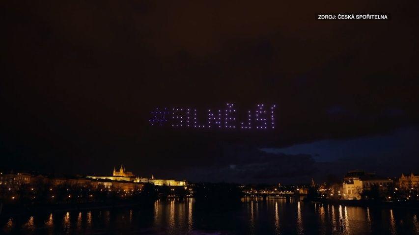 Video: Stovky dronů rozzářily nad Vltavou českého lva. Za akcí stojí banka