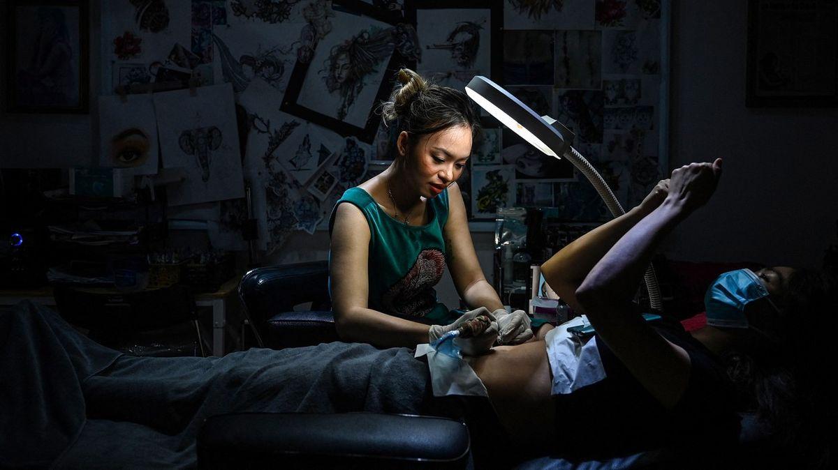 Obrazem: Tetování místo jizvy. Ve Vietnamu si ženy léčí rány na těle ina duši