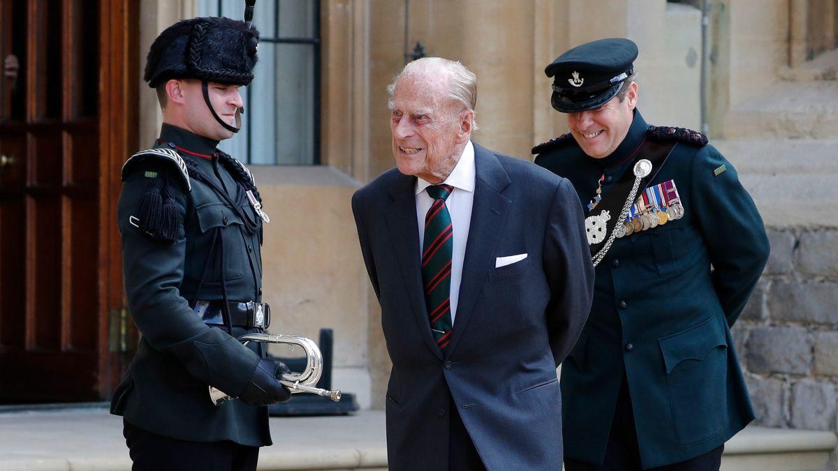 Británie se loučí: Královna zveřejnila soukromý snímek sebe a Philipa
