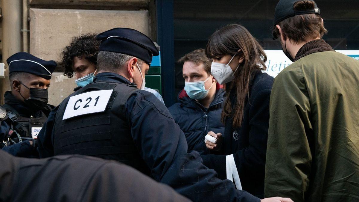Policie načapala stovku Francouzů na tajné večeři. Restauratér skončil ve vazbě