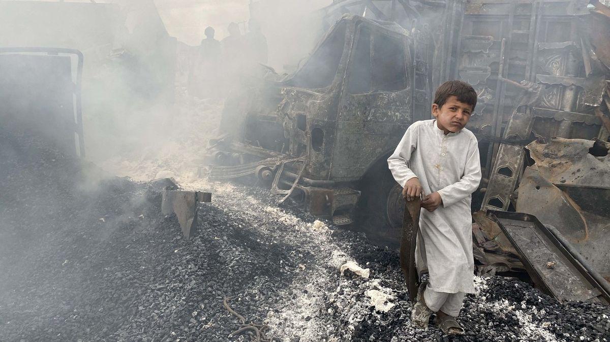Fotky ukazují zmar po obřím požáru, hořely desítky cisteren spalivem