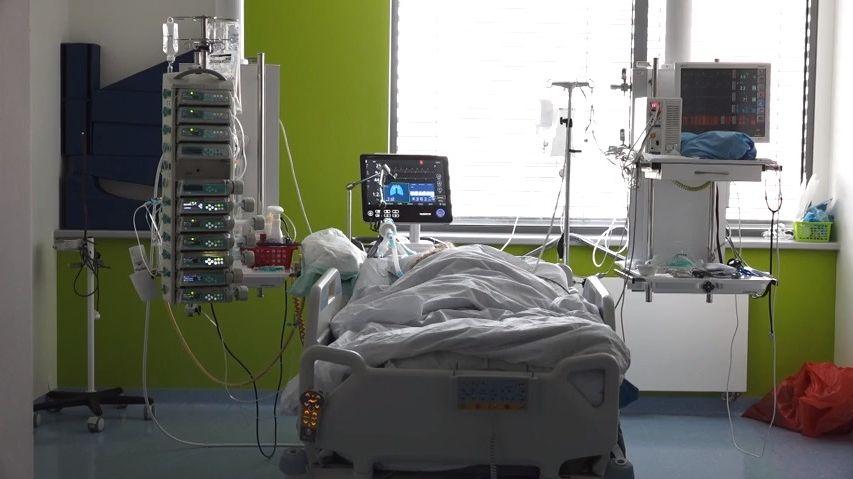 Pacienti znovu zaplňují nemocnice. Stíhají je následky covidu