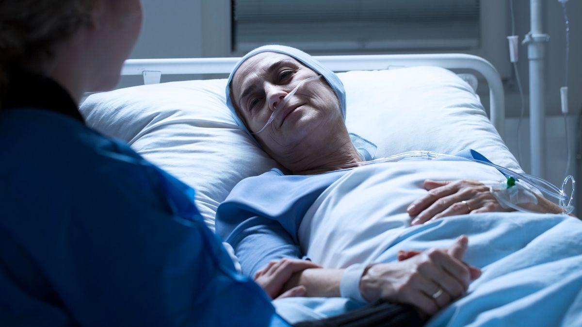 Mít umírání pod kontrolou. Britští lékaři udělali krok kzásadní změně