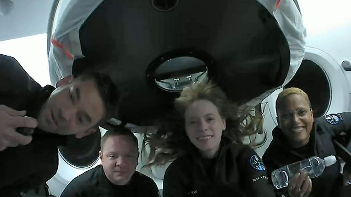 První civilní posádka se zvesmíru úspěšně vrátila na Zemi