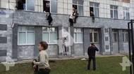 Video: Na permské univerzitě začal střílet osmnáctiletý mladík, lidé vyskakovali zoken