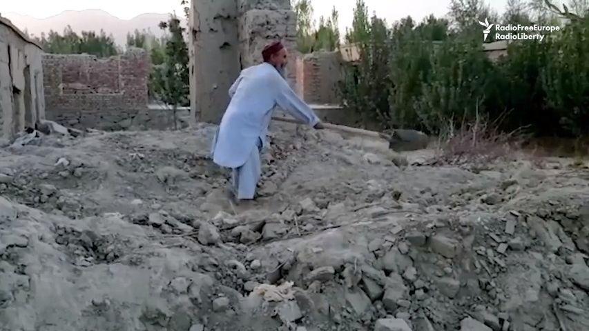 Video: Vysídlení Afghánci se vracejí domů, nacházejí tam jen trosky