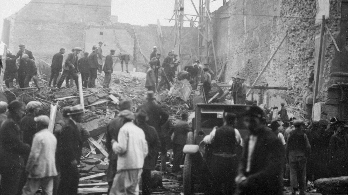 Pod troskami pražského obchodního domu zahynulo 46lidí. Astavělo se dál