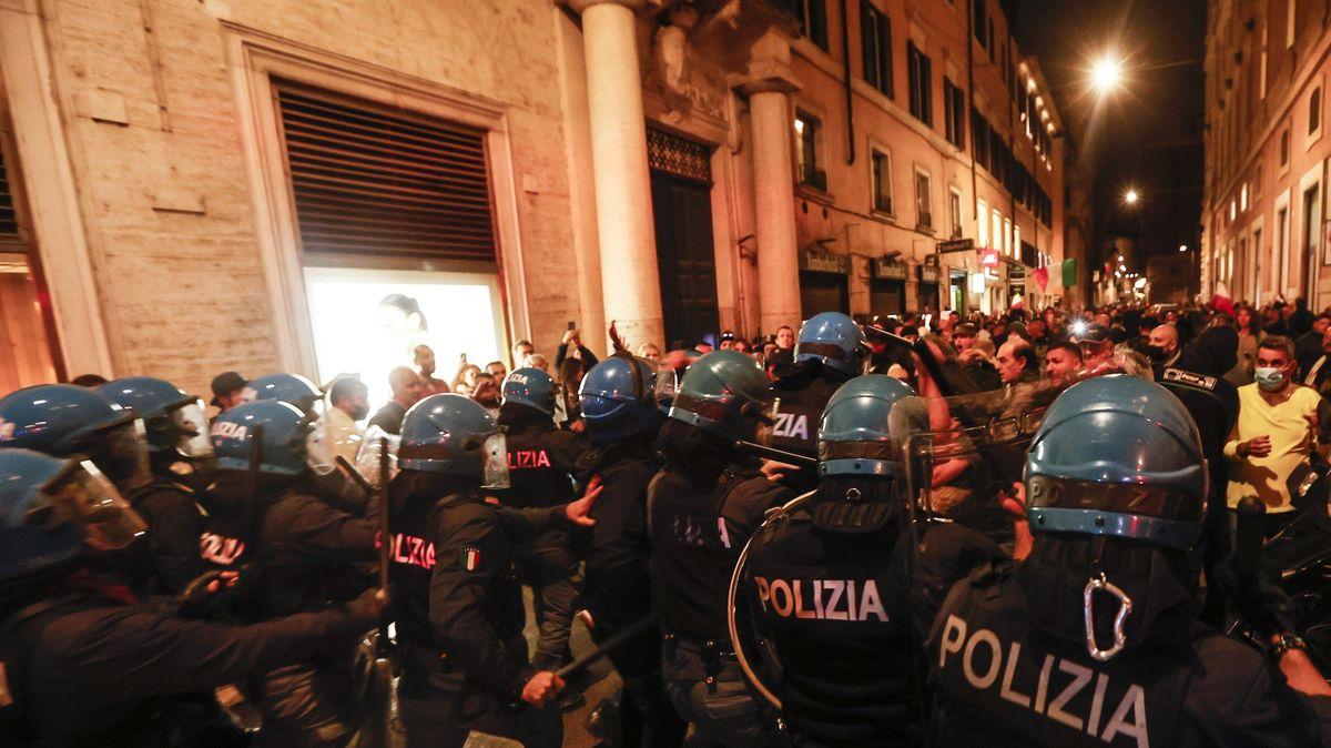 Tisíce Italů protestovaly proti covid pasu. Lékaři se museli zabarikádovat na pohotovosti