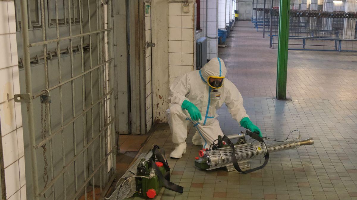 Obrazem: Jak se dekontaminuje Důl Darkov od koronaviru