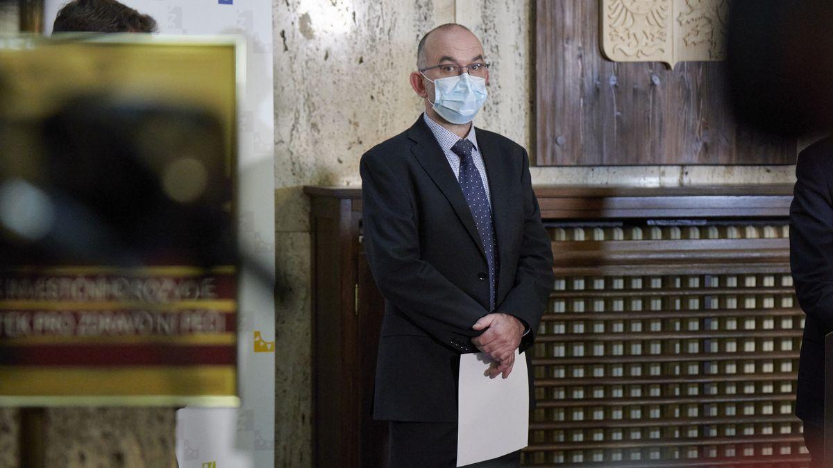 Vakcína dorazí do Česka koncem roku, případně do února, řekl Blatný