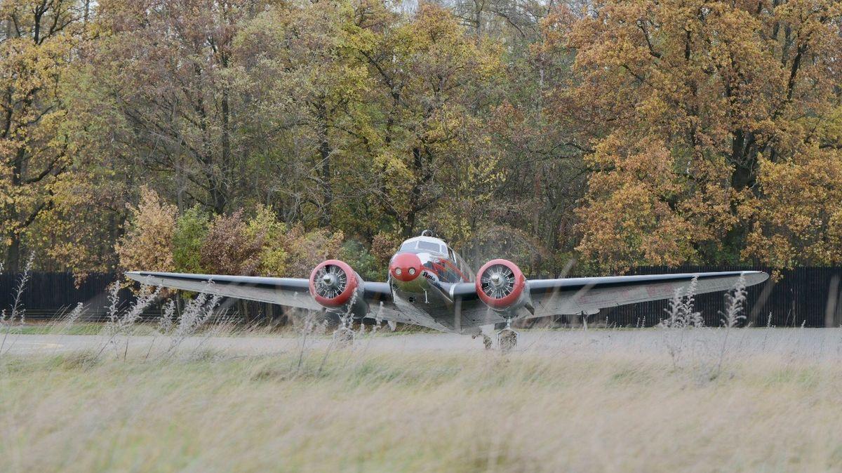 Baťův letoun nad Prahou. Podívejte se na přelet historického stroje