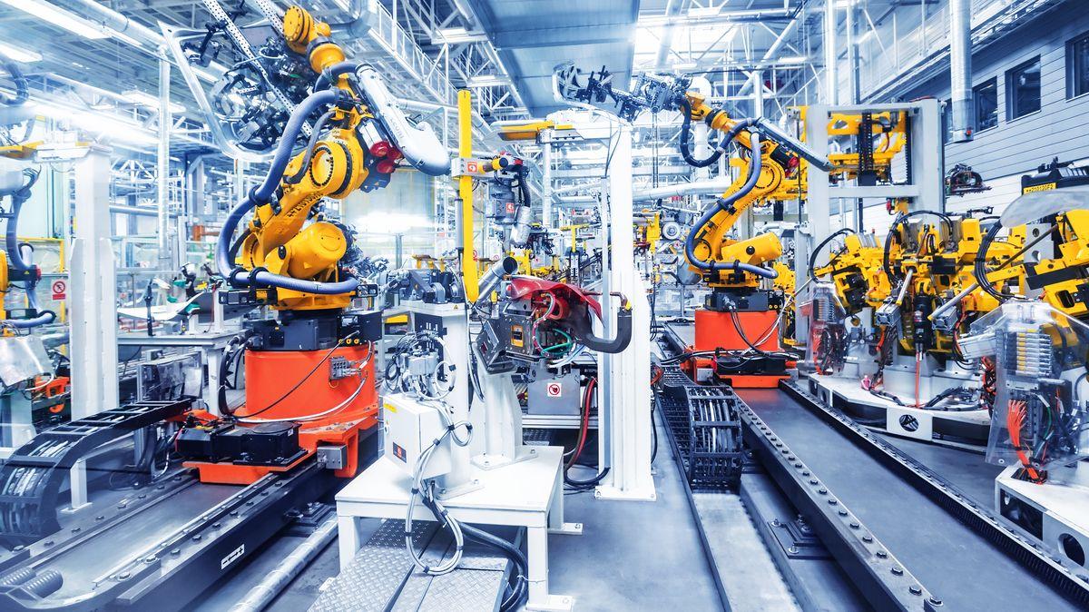 Proč vláda nechce zavřít fabriky? Ekonom nabízí miliardovou odpověď