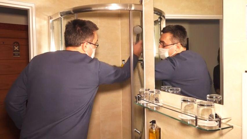 Šéf vpražském hotelu splachuje záchody. Do domu duchů přestěhoval rodinu