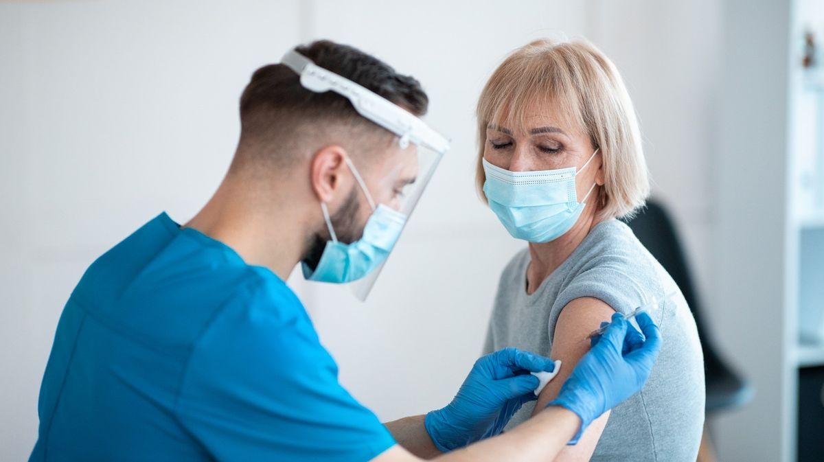 Očkovací maraton. Podívejte se na grafy, jak moc zaostává Česko