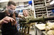 Kovové rámy pistolí se neodlévají v jedné univerzální formě, ale pro každou se v peci vypeče nová za pomoci voskového modelu. Během pečení vosk vyteče a zůstane čistá forma.