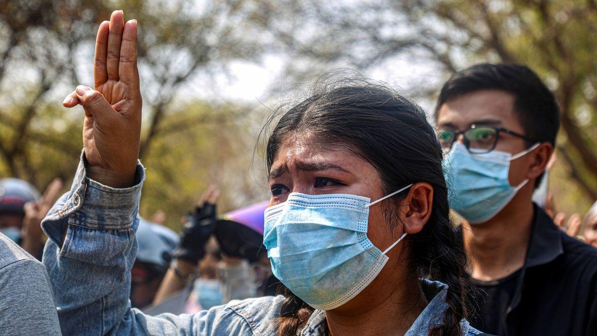 Barmská armáda stupňuje násilí. Lidé zůstávají vulicích navzdory kulkám