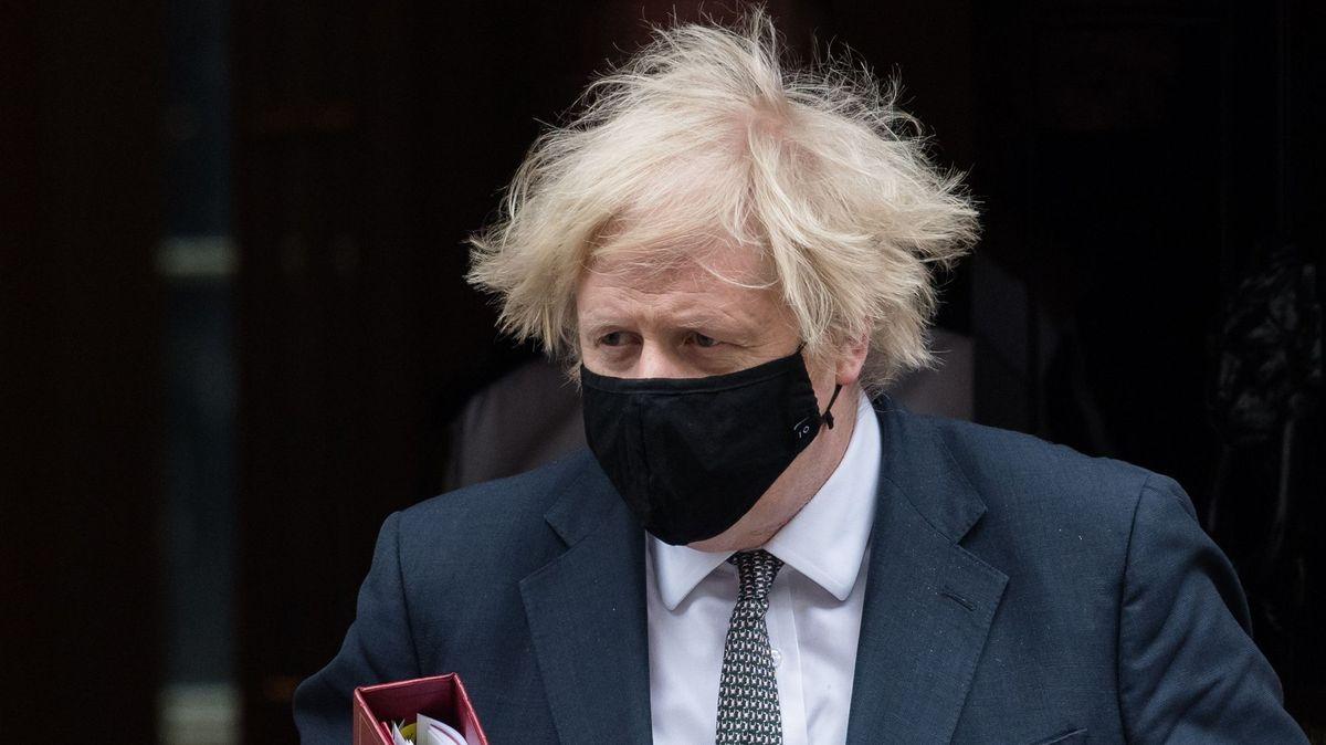 """Johnson vpondělí zruší restrikce. """"Hrozba pro celý svět,""""děsí se experti"""