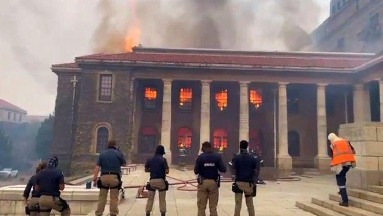 Velký požár na Stolové hoře: Kapské Město vohrožení, hoří iuniverzita