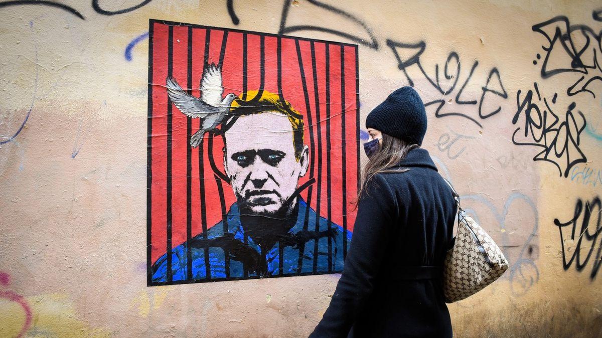 Okamžitě přerušte hladovku, jde ováš život, vyzývají lékaři Navalného
