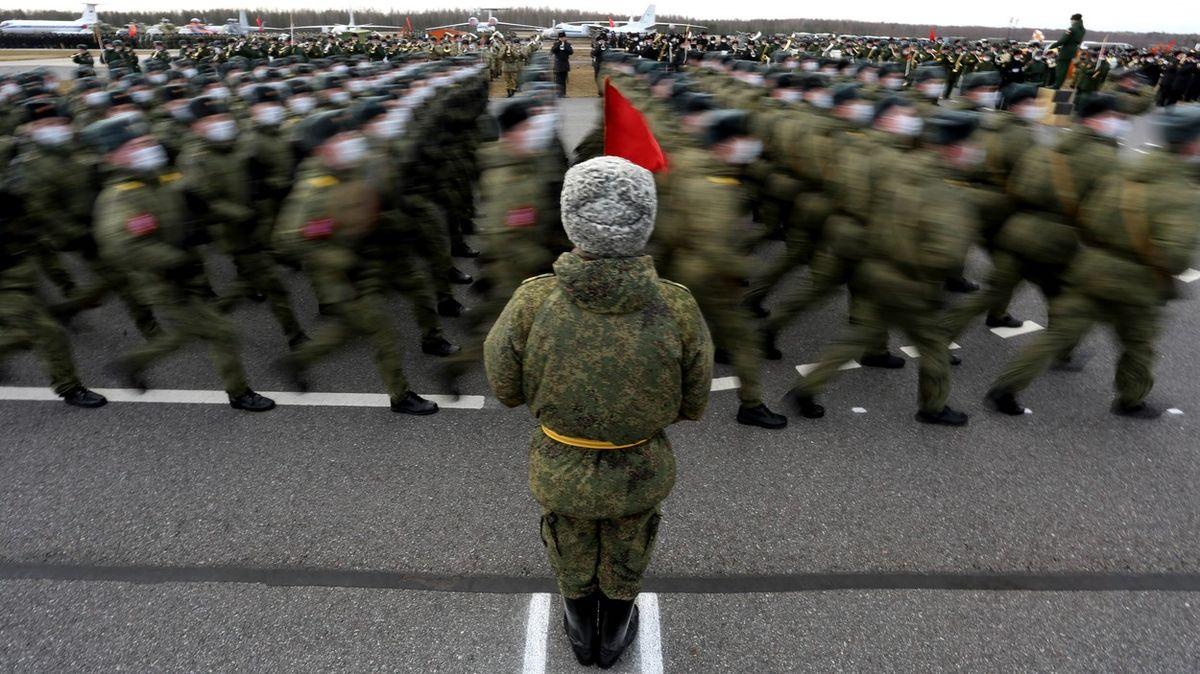 Napětí neklesá. Rusové přesunuli dvě armády, Ukrajinci cvičí uKrymu