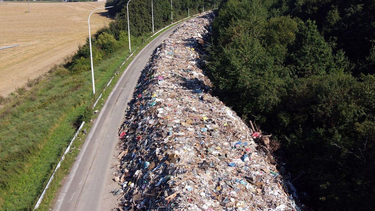 Dálnici pohřbily odpadky. Podívejte se na svědectví zkázy po záplavách