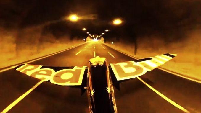 Video zrekordního letu: Ital jako první na světě proletěl dva tunely